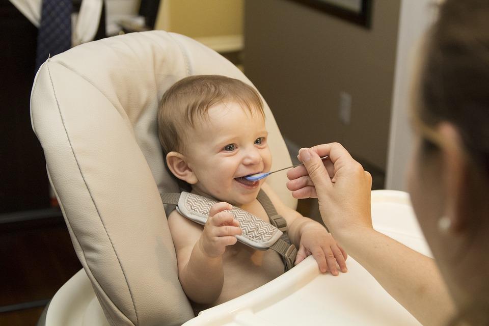 Dziecko na krzesełku do karmienia